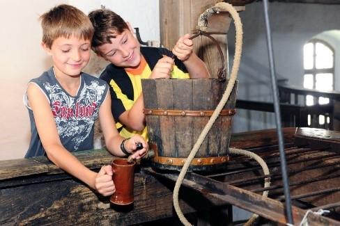 Ferienangebot: In den Stein getrieben: Kleine Hände – große Kunst